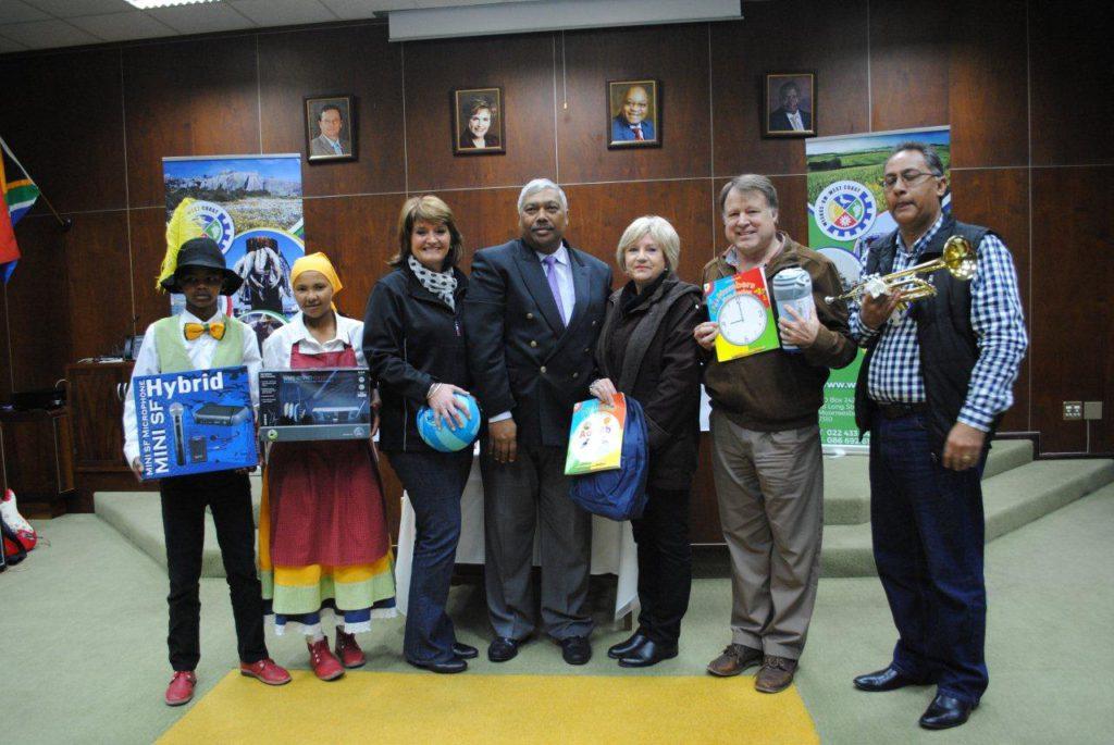 Hier is van die verteenwoordigers van die verskillende instansies, saam met die uitvoerende burgemeester tydens die oorhandiging van die items.